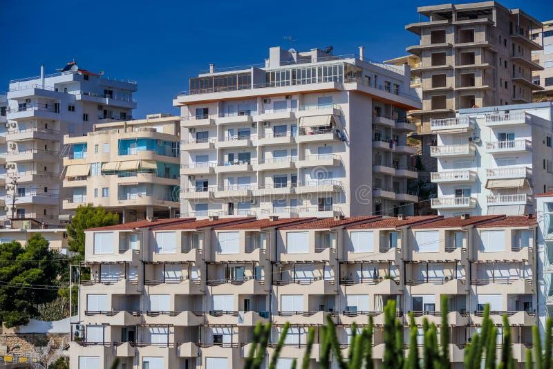 Apartamentos do hotel em Saranda, Albânia ilustração do vetor