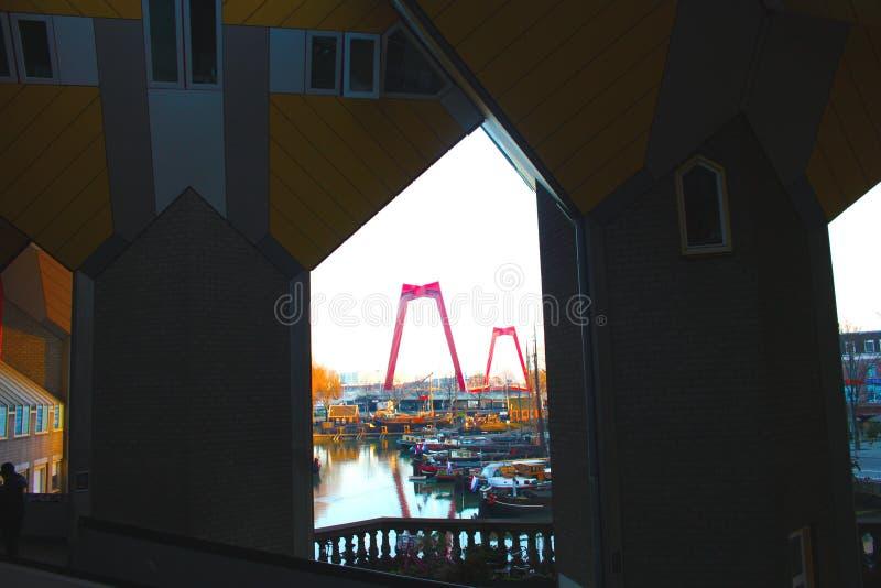 Apartamentos e escrit?rios dentro das casas c?bicas de Rotterdam, cidade metropolitana imagem de stock royalty free