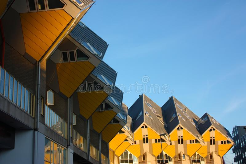 Apartamentos e escrit?rios dentro das casas c?bicas de Rotterdam, cidade metropolitana imagens de stock