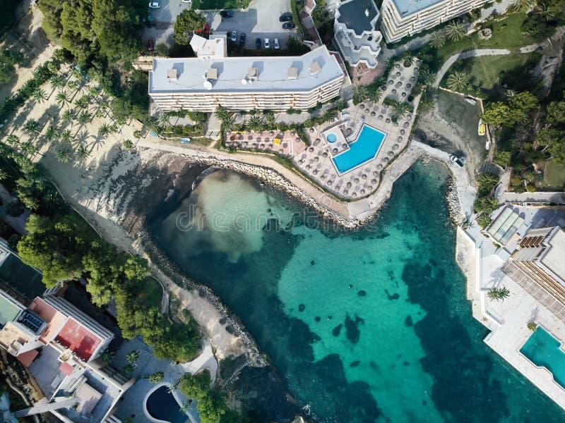 Apartamentos e hotel luxuosos com piscina em Majorca spain imagem de stock