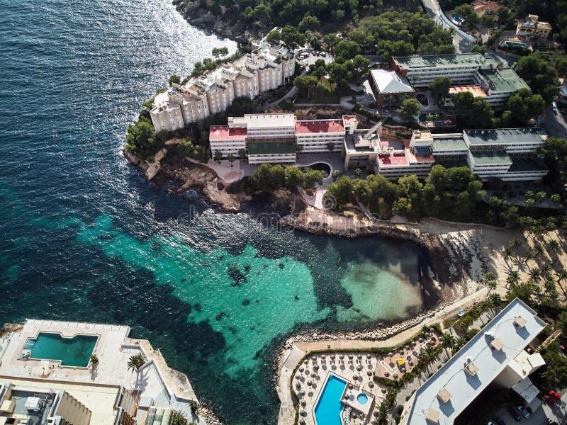 Apartamentos e hotel luxuosos com piscina, Mallorca, Espanha imagem de stock