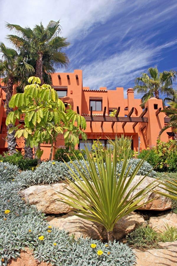 Apartamentos e jardins luxuosos no urbanisation em spain imagem de stock