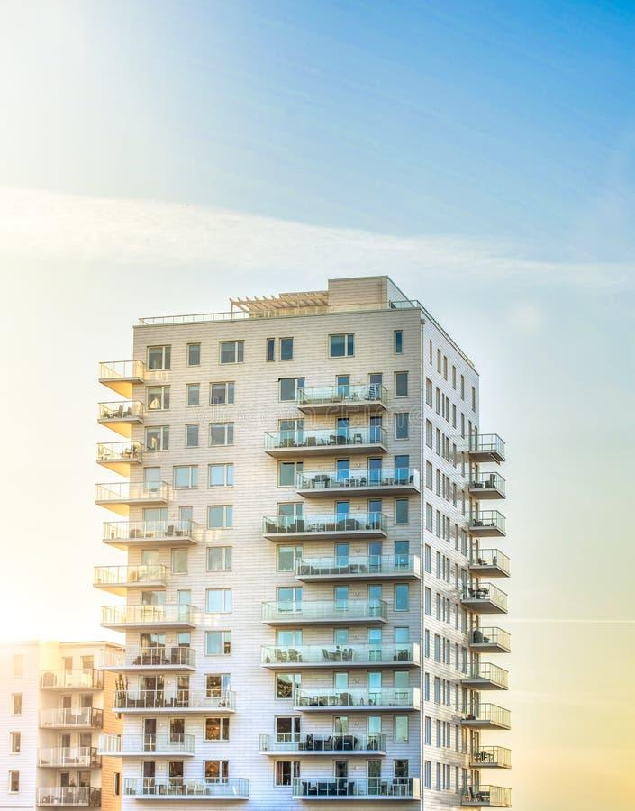 Apartamentos elevados da ascensão fotografia de stock royalty free