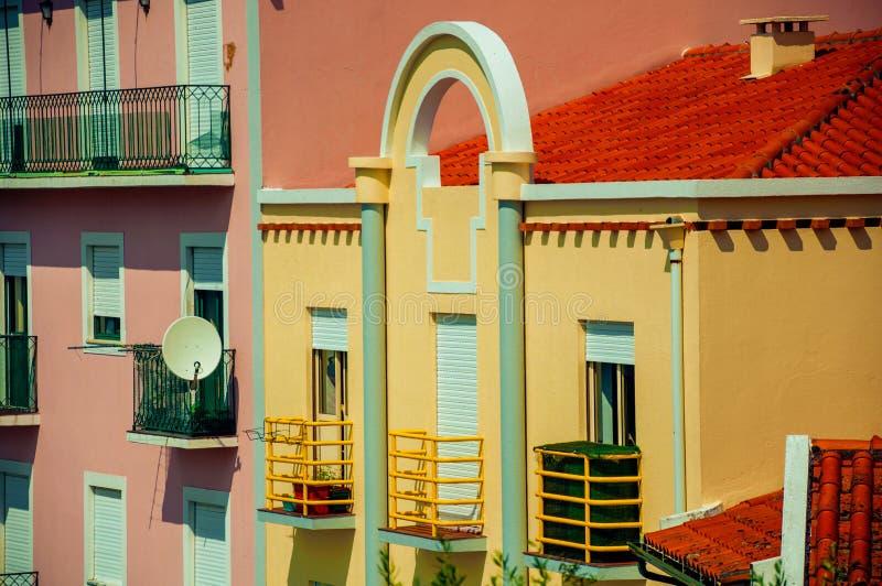 Apartamentos em construções modernas coloridas fotos de stock