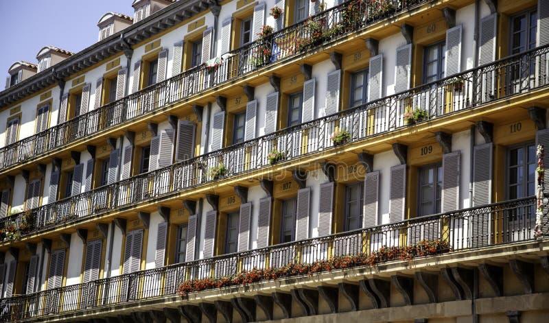 Apartamentos en ciudad fotografía de archivo libre de regalías
