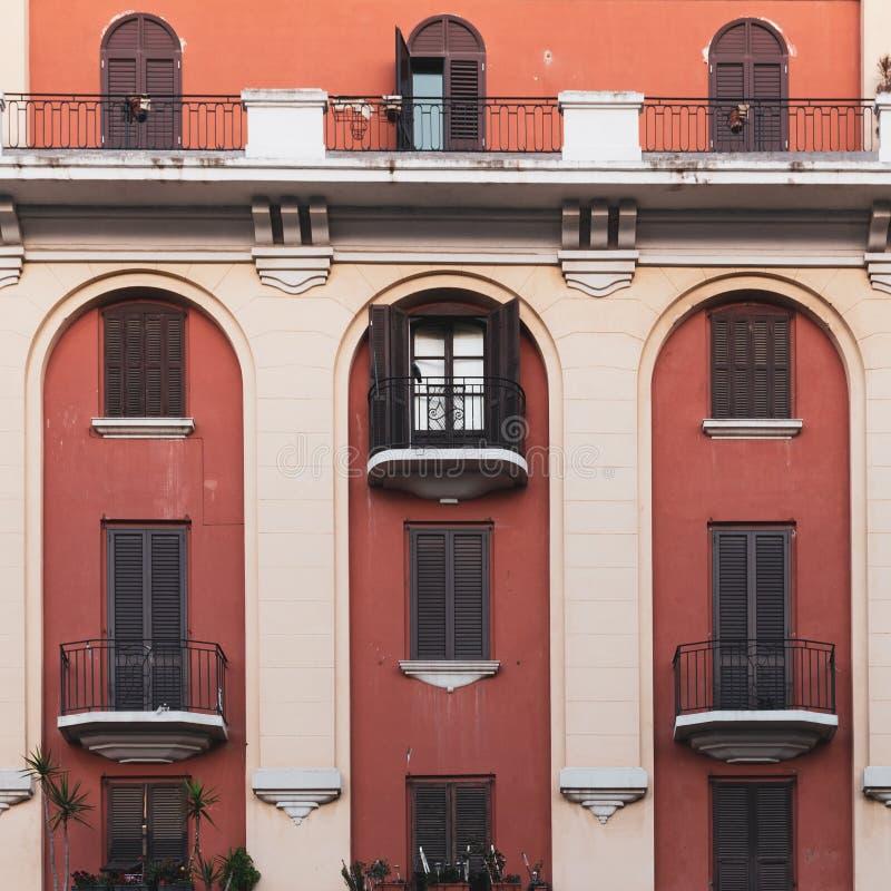 Apartamentos en el centro de ciudad imagen de archivo
