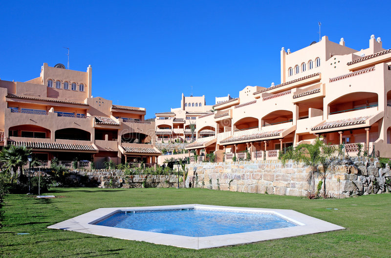 Apartamentos luxuosos do feriado ou das férias no urbanisation imagens de stock royalty free