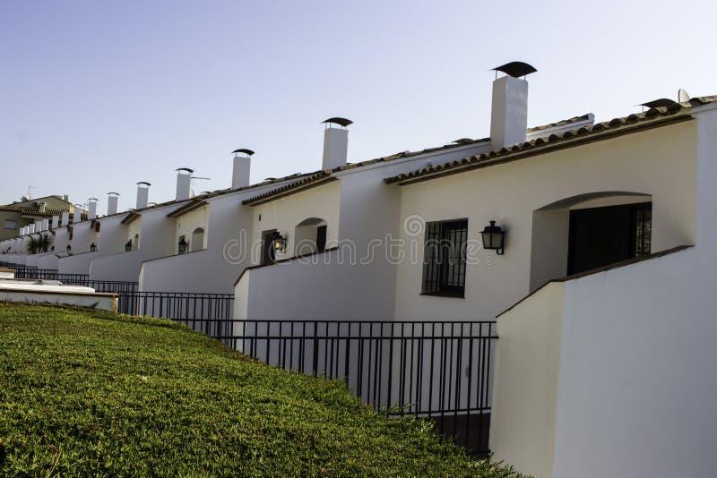 Apartamentos mediterrâneos do branco do estilo foto de stock royalty free