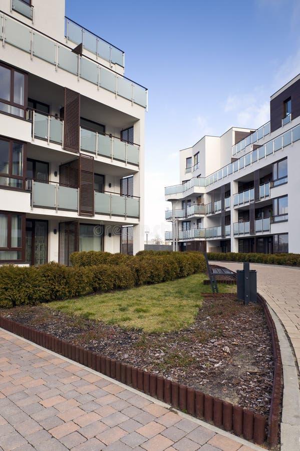 Apartamentos modernos dos bens imobiliários fotografia de stock