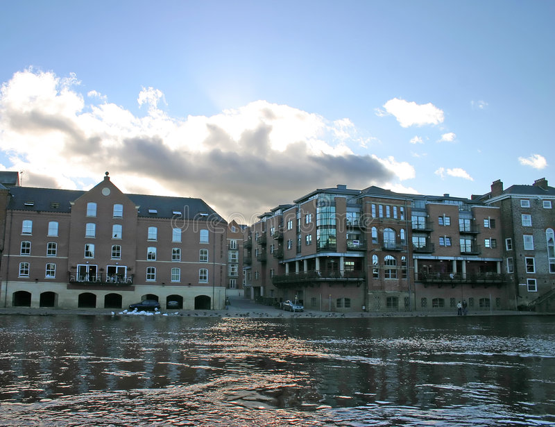 Download Apartamentos Modernos En El Río Ouse En York Foto de archivo - Imagen de azul, medieval: 1292968