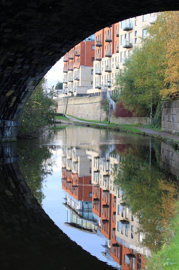 Apartamentos modernos pelo canal de Leeds Liverpool. imagens de stock royalty free