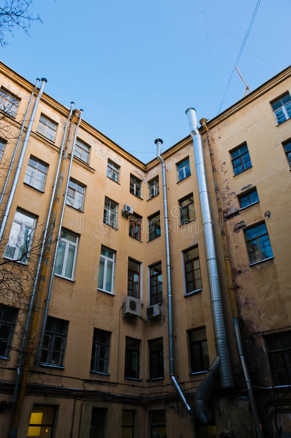 Apartamentos velhos fechados jarda fotos de stock royalty free