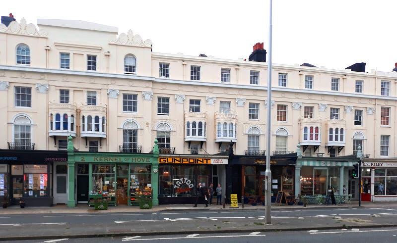Apartamentos victorianos con pequeñas empresas en levantado imagen de archivo