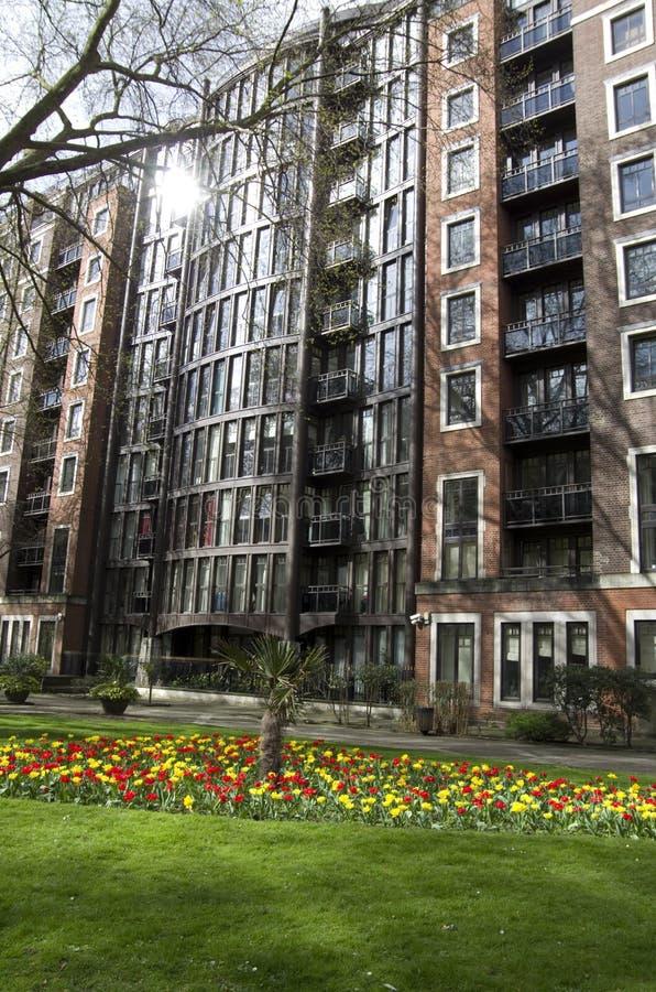 Apartamentos viejos y costosos en Londres fotos de archivo