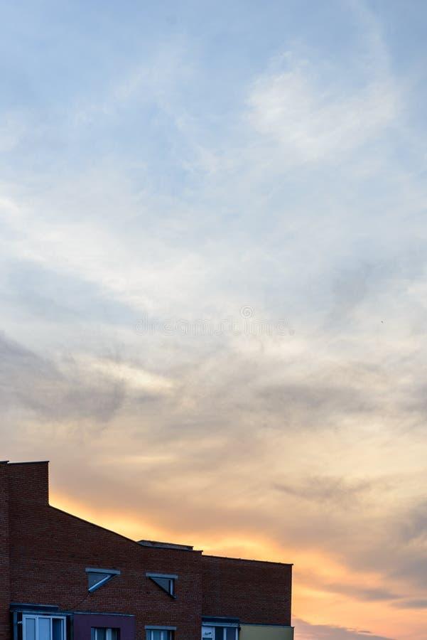Apartamentos vivos del paisaje de ladrillo del edificio de la puesta del sol mínima urbana mínima del cielo fotografía de archivo libre de regalías