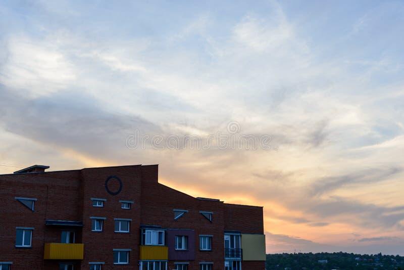 Apartamentos vivos del paisaje de ladrillo del edificio de la puesta del sol mínima urbana mínima del cielo foto de archivo