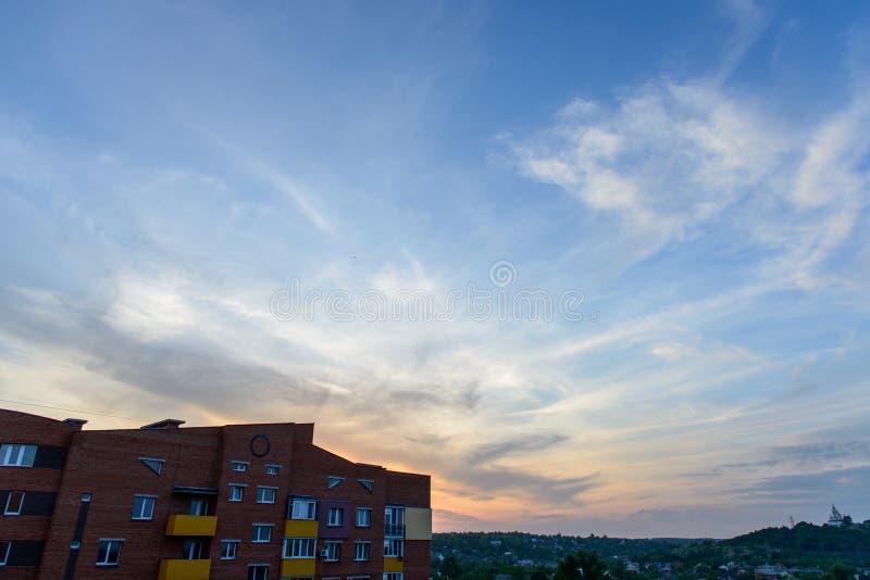 Apartamentos vivos del paisaje de ladrillo del edificio de la puesta del sol mínima urbana mínima del cielo fotos de archivo