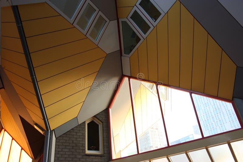 Apartamentos y oficinas dentro de las casas c?bicas de Rotterdam, ciudad metropolitana foto de archivo