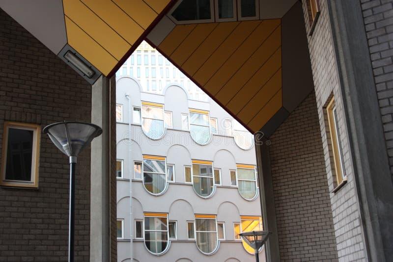 Apartamentos y oficinas dentro de las casas c?bicas de Rotterdam, ciudad metropolitana foto de archivo libre de regalías