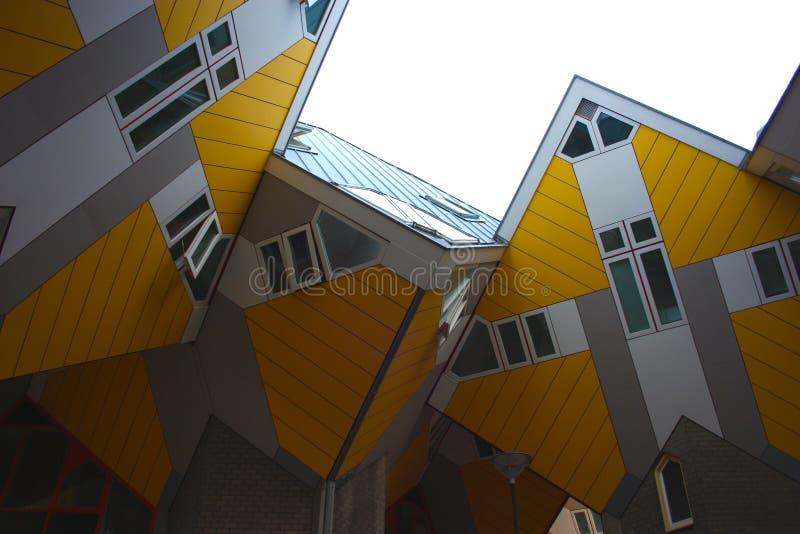 Apartamentos y oficinas dentro de las casas c?bicas de Rotterdam, ciudad metropolitana fotos de archivo libres de regalías