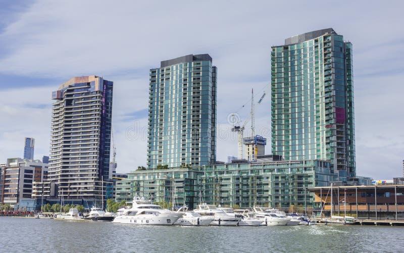 Apartamentos y puerto deportivo modernos de la costa en Melbourne, Australia fotografía de archivo libre de regalías