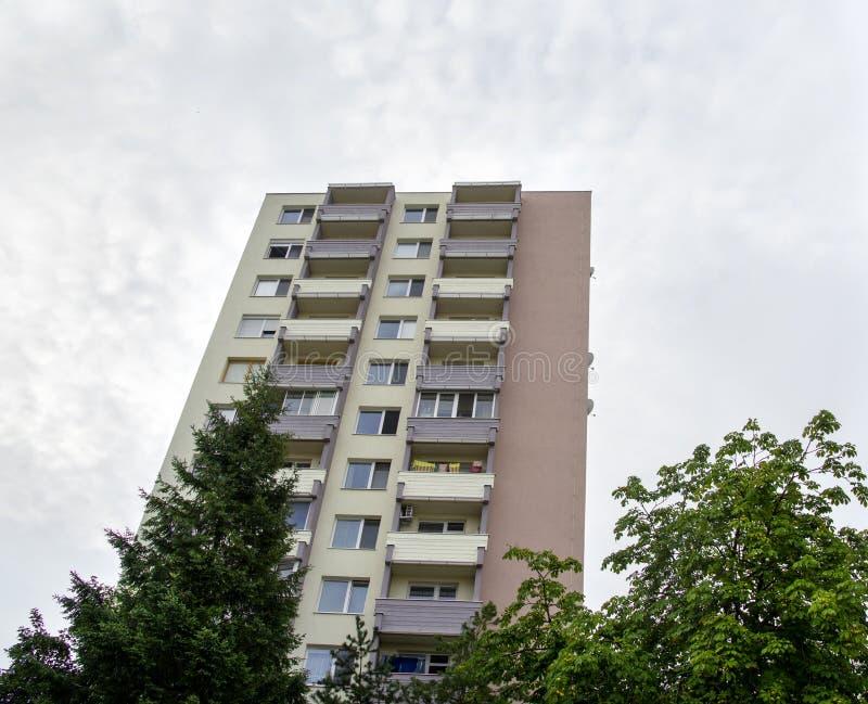 Apartamentu budynek Kondominium posiadania pojęcie obrazy stock
