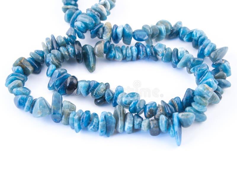 Apatite azul mineral da pedra de gema isolada no fundo branco imagens de stock