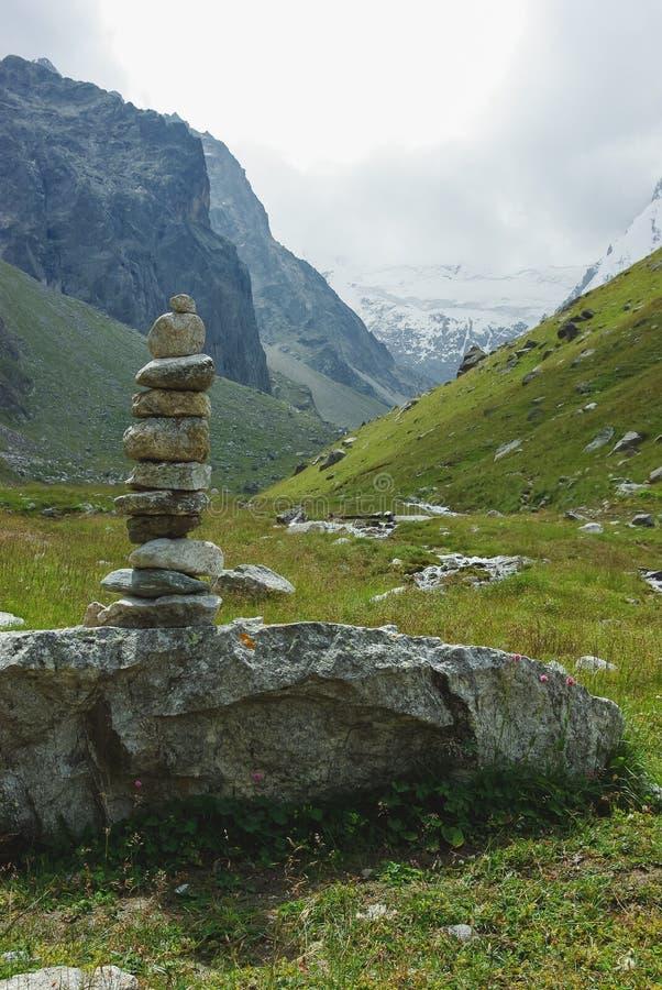 apedreja a arquitetura na Federação Russa das montanhas, Cáucaso, foto de stock royalty free
