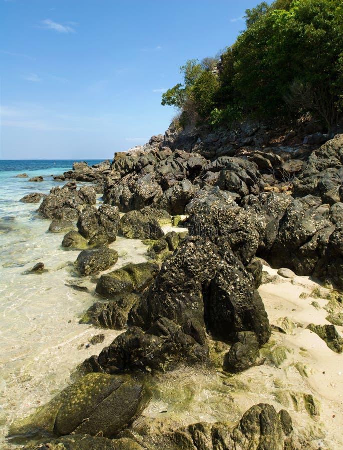 Apedreja o litoral na Phi-Phi Don fotografia de stock