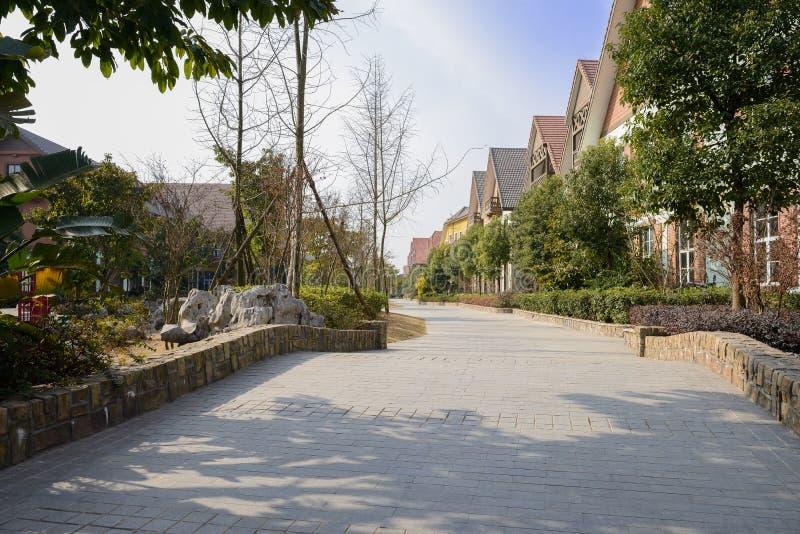 Apedreje a rua pavimentada na cidade exótica no meio-dia ensolarado do inverno imagens de stock royalty free
