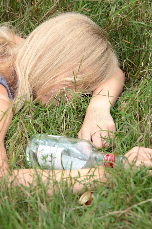 Apego de alcohol adolescente fotos de archivo