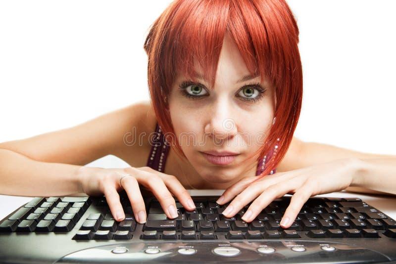 Apego del Internet - mujer cansada que practica surf el Web fotografía de archivo