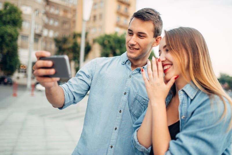 Apego do telefone, par que olha no smartphone foto de stock royalty free