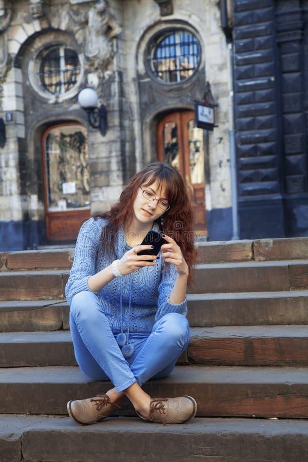 Apego social dos meios mulher bonita nova que guarda um smartpho imagens de stock royalty free