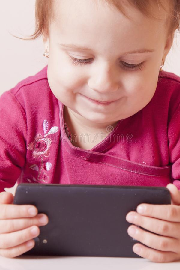 Apego social dos meios Pouco menina da criança com telefone esperto fotos de stock