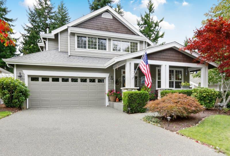 Apelação agradável do freio da casa cinzenta com patamar e a garagem cobertos imagens de stock royalty free