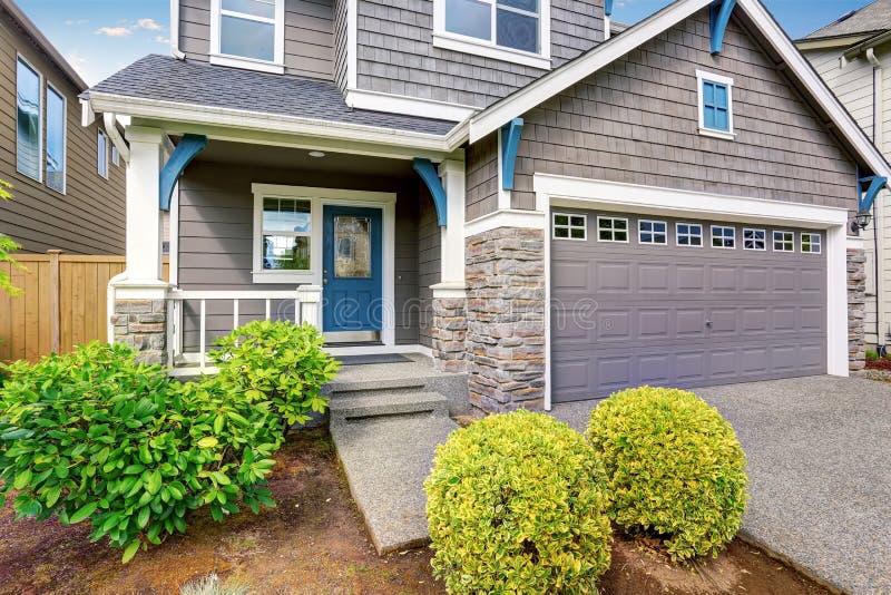 Apelação agradável do freio da casa de dois níveis, da pintura exterior do mocha e da entrada de automóveis concreta foto de stock