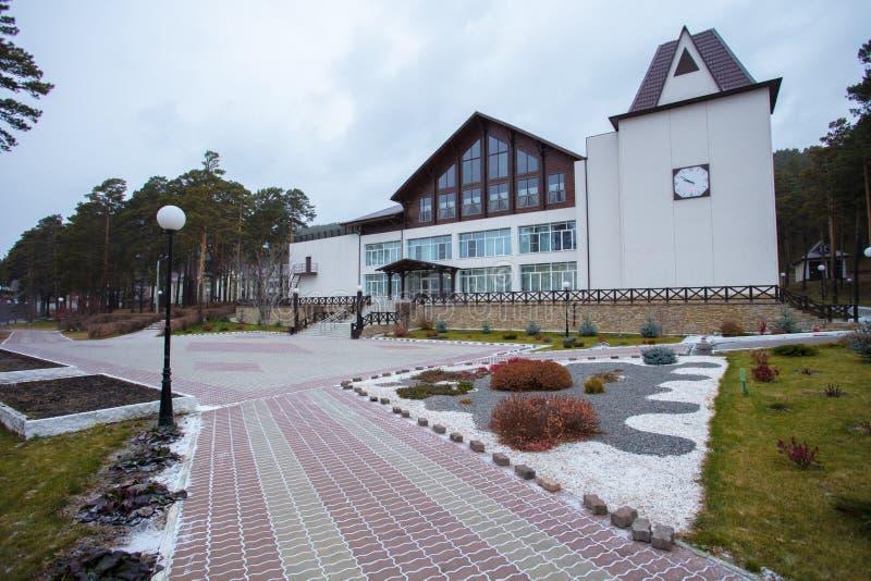 Apelação bonita do freio de uma casa clássica do feriado em Sibéria com ajardinar bonito do jardim da frente Imagem de ajardinar fotografia de stock royalty free