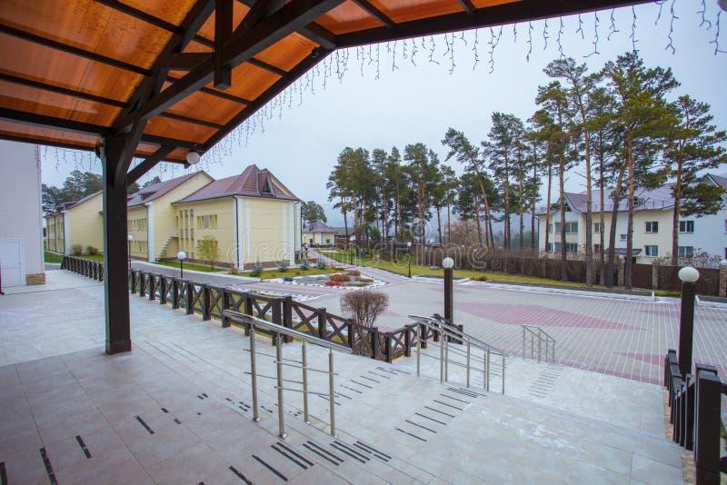 Apelação bonita do freio de uma casa clássica do feriado em Sibéria com ajardinar bonito do jardim da frente Imagem de ajardinar imagens de stock royalty free