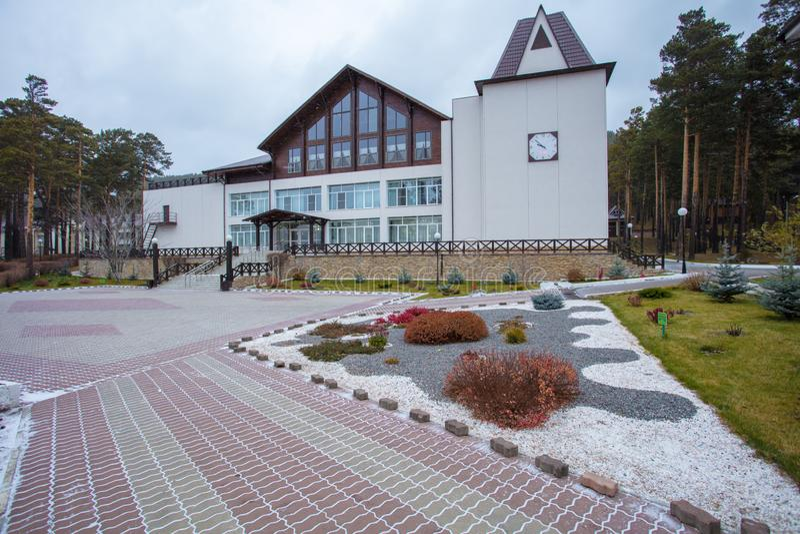 Apelação bonita do freio de uma casa clássica do feriado em Sibéria com ajardinar bonito do jardim da frente Imagem de ajardinar foto de stock