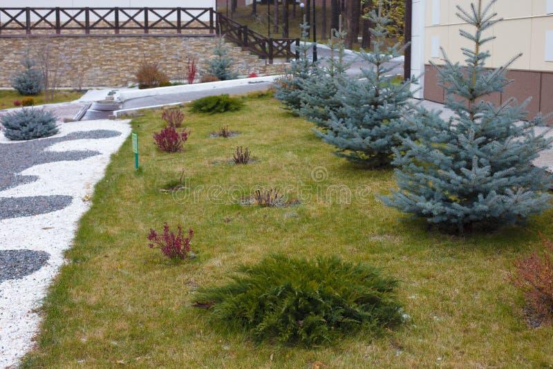 Apelação bonita do freio de uma casa clássica do feriado em Sibéria com ajardinar bonito do jardim da frente Imagem de ajardinar imagem de stock royalty free