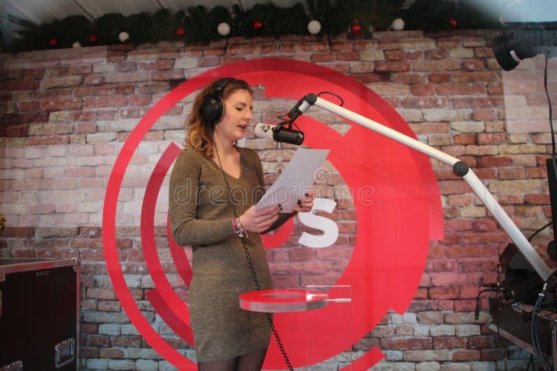Apeldoorn Nederländerna - December 23, 2017: ` S för discjockey 3 av radion för NPO 3FM låsas upp i hus av exponeringsglas för at royaltyfri bild