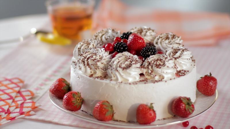 Apelmácese con la crema y las fresas azotadas en un soporte, primer escena Cortó ningún cuecen el pastel de queso de la fresa ado fotografía de archivo