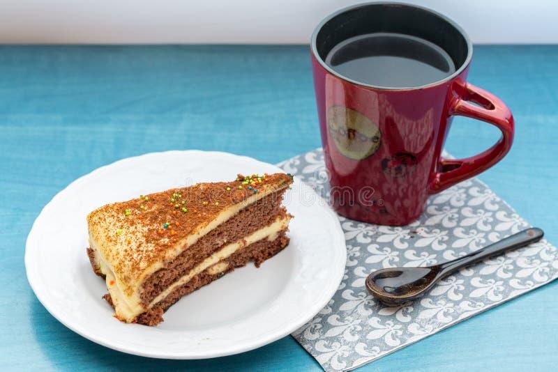 Apelmace el pedazo con café en taza roja en la tabla de la turquesa imágenes de archivo libres de regalías