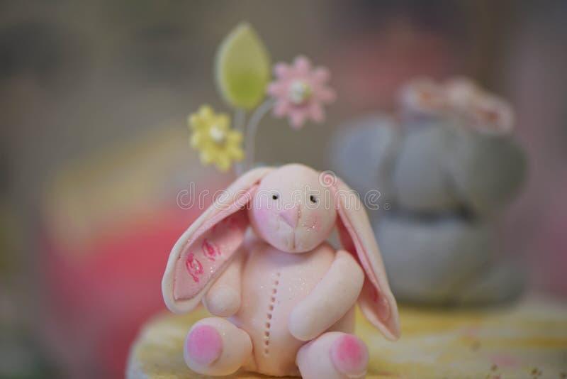 Apelmace el primero de una decoración rosada helada del conejo en una torta de cumpleaños de los childs imágenes de archivo libres de regalías