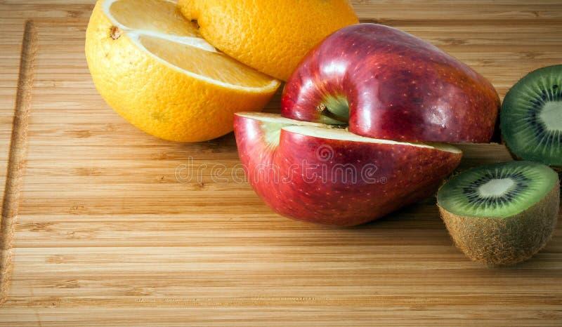 Apelsin äpple, kiwi royaltyfri foto