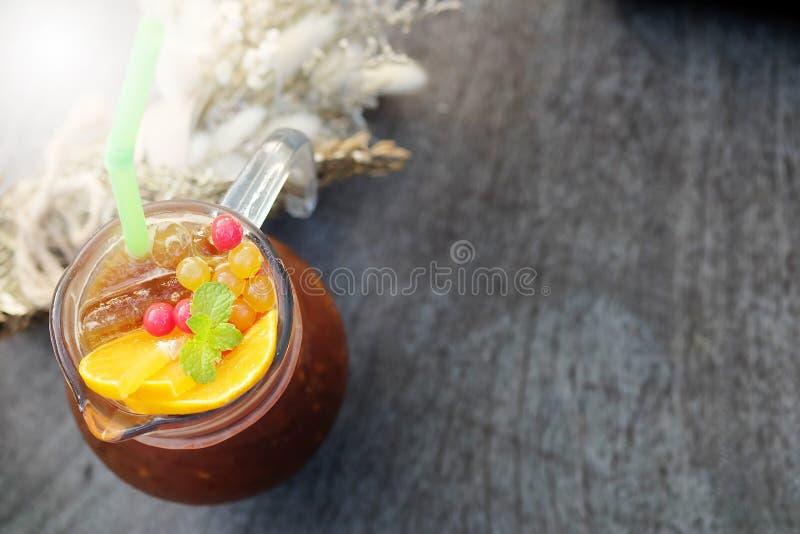 Apelsin för navel för fusioniskaffe blandad på trätabellen, a-bitterhet och sur smak den perfekta blandningen arkivfoto