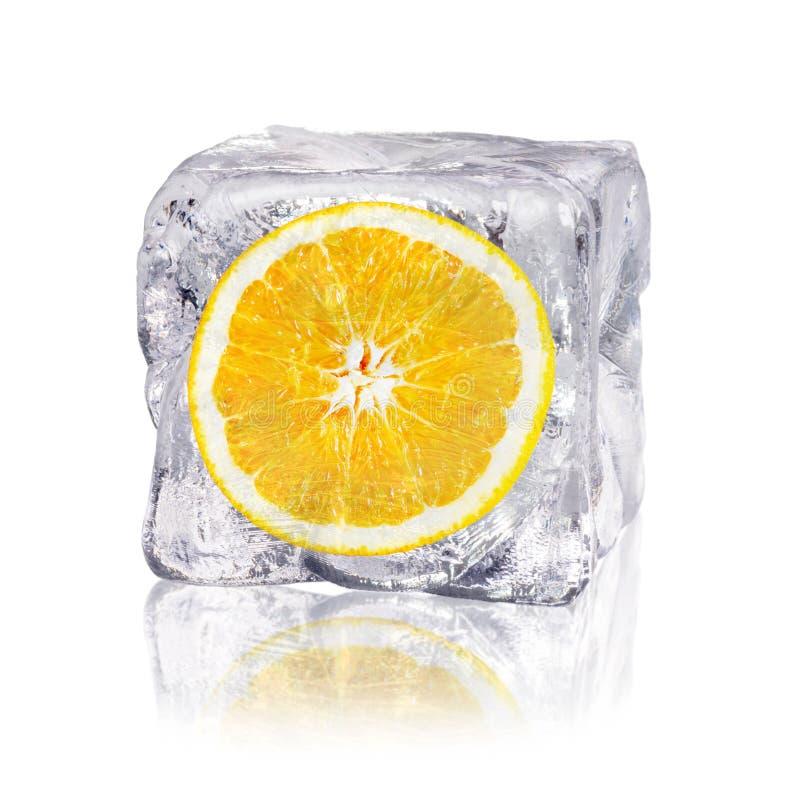Apelsin i en iskub royaltyfria foton