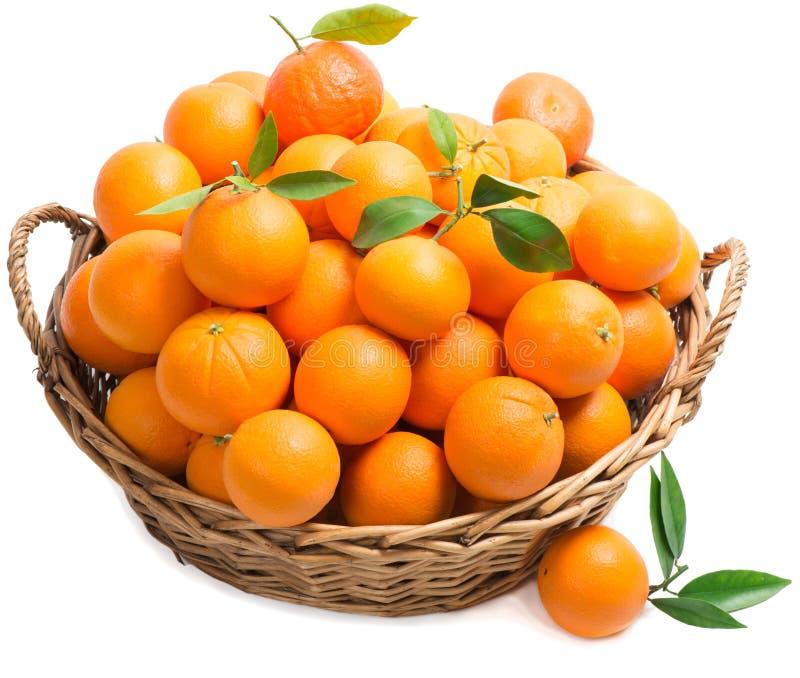 Apelsin i en korg royaltyfri fotografi