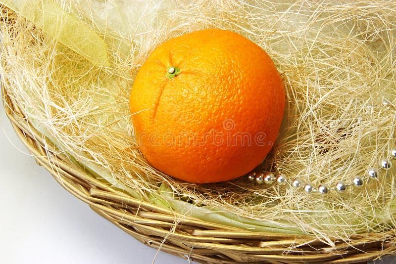 Apelsin i korgen arkivbild